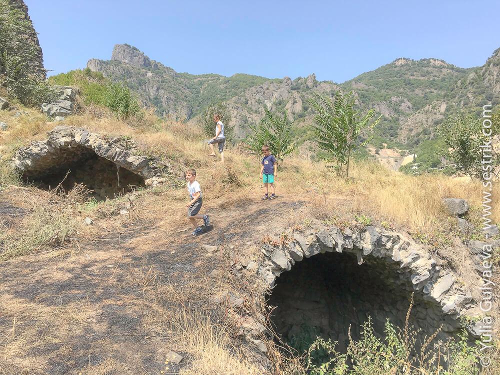 руины крепости в ахтала