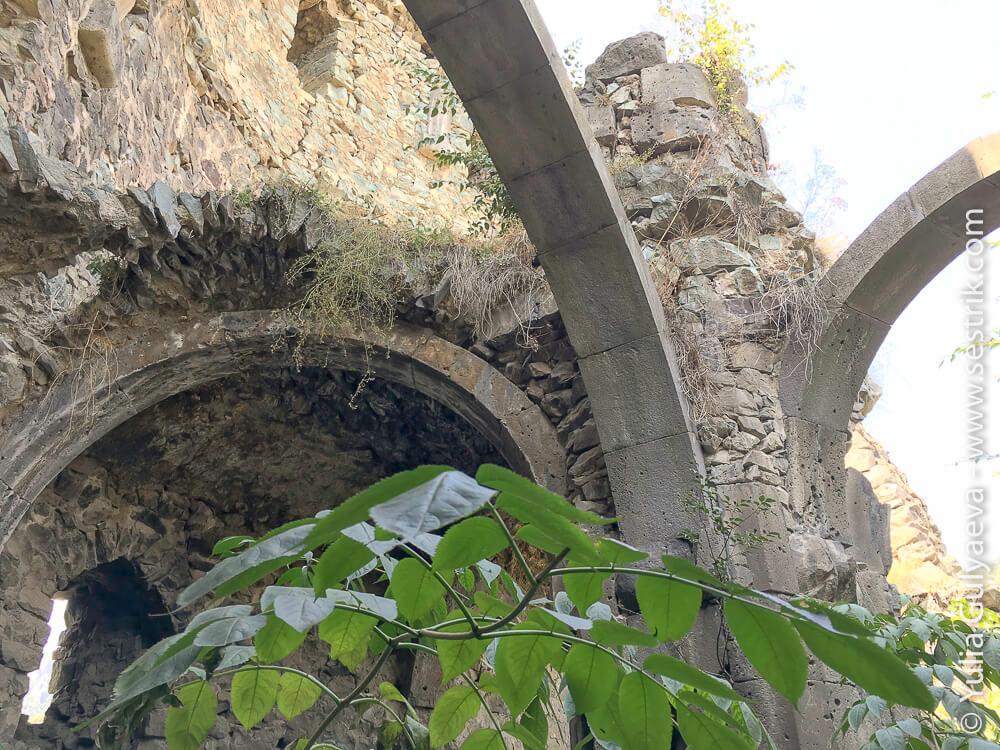 равалины крепости в ахтале