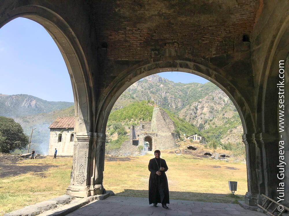 армянский священник в монастыре ахтала