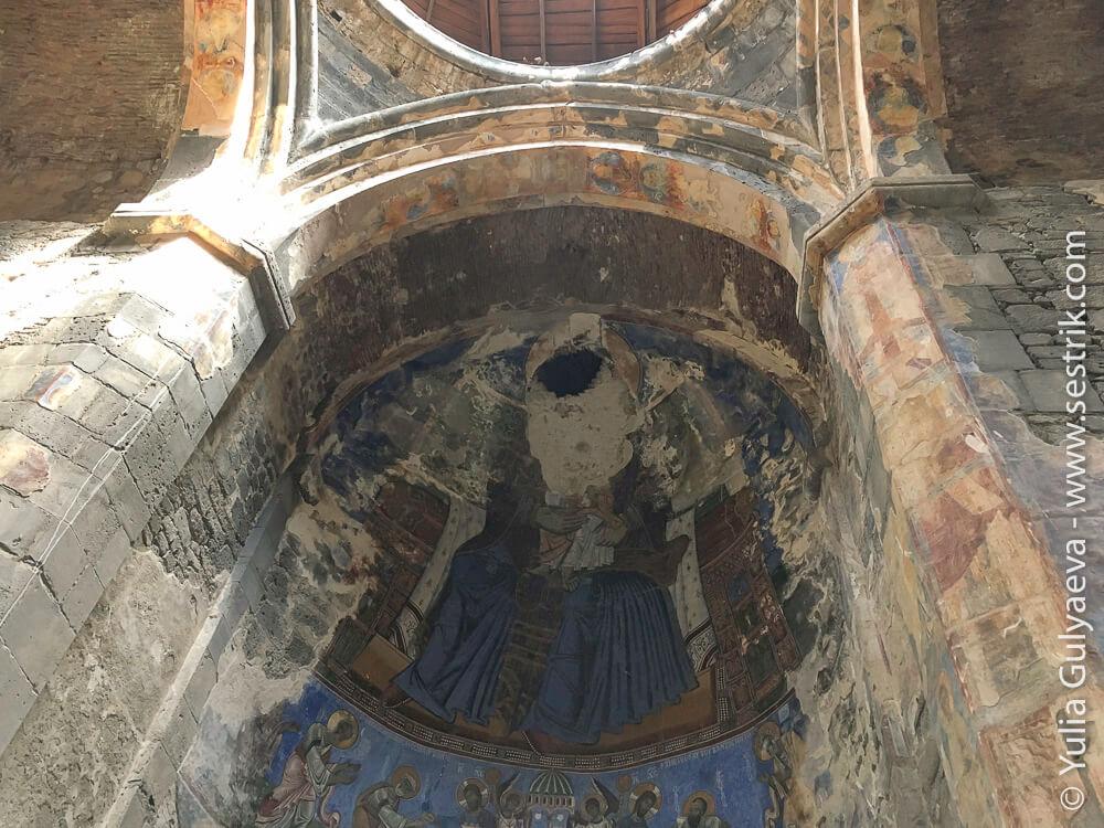 отверстие в крыше храма в ахтале