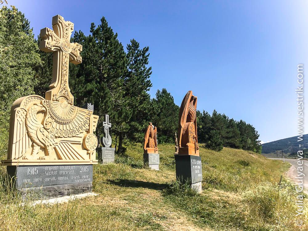 djadjur-хачкары у памятника жертвам геноцида