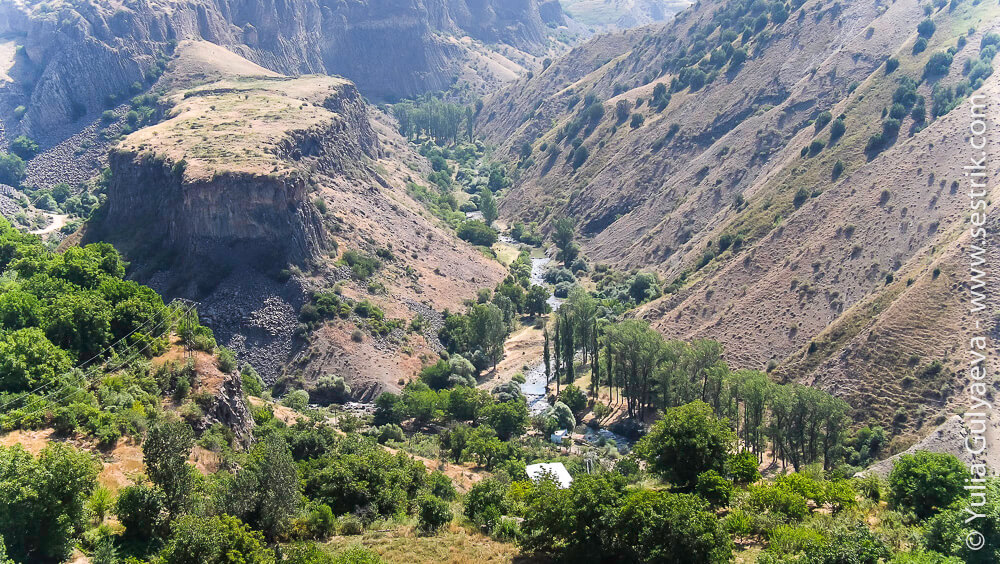 каньон реки возле храма гарни