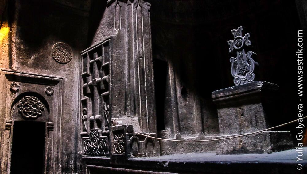 внутри храма в гегарде