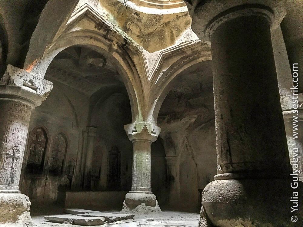 верхний притвор в монастыре гегард