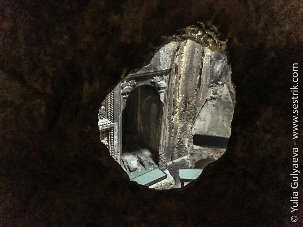 отверстие в стене в монастыре гегард