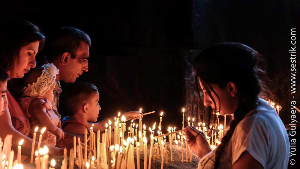 армяне молятся в храме