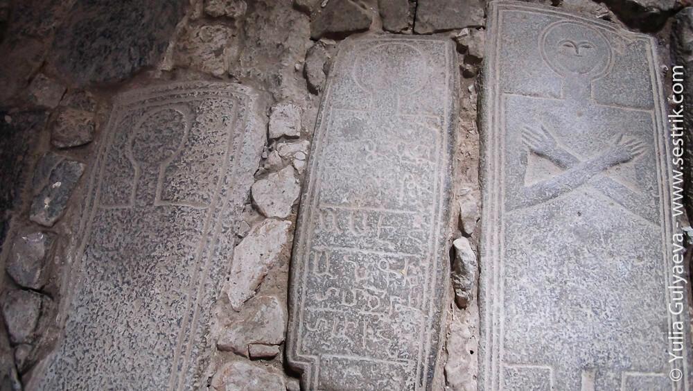 могильные плиты в армянских храмах