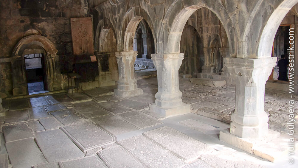 внутри монастыря в санаин