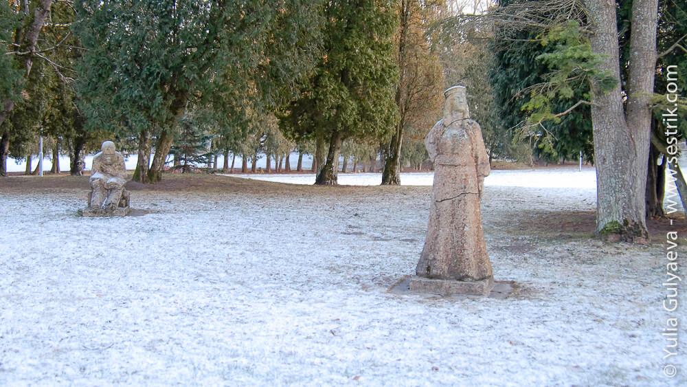 статуи у сигулдского замка