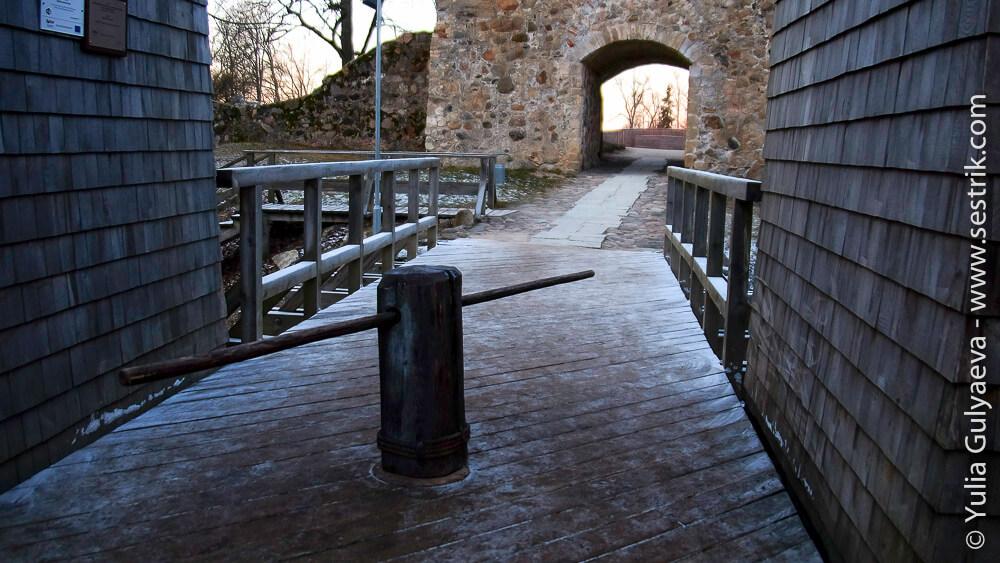 вход в крепость сигулды
