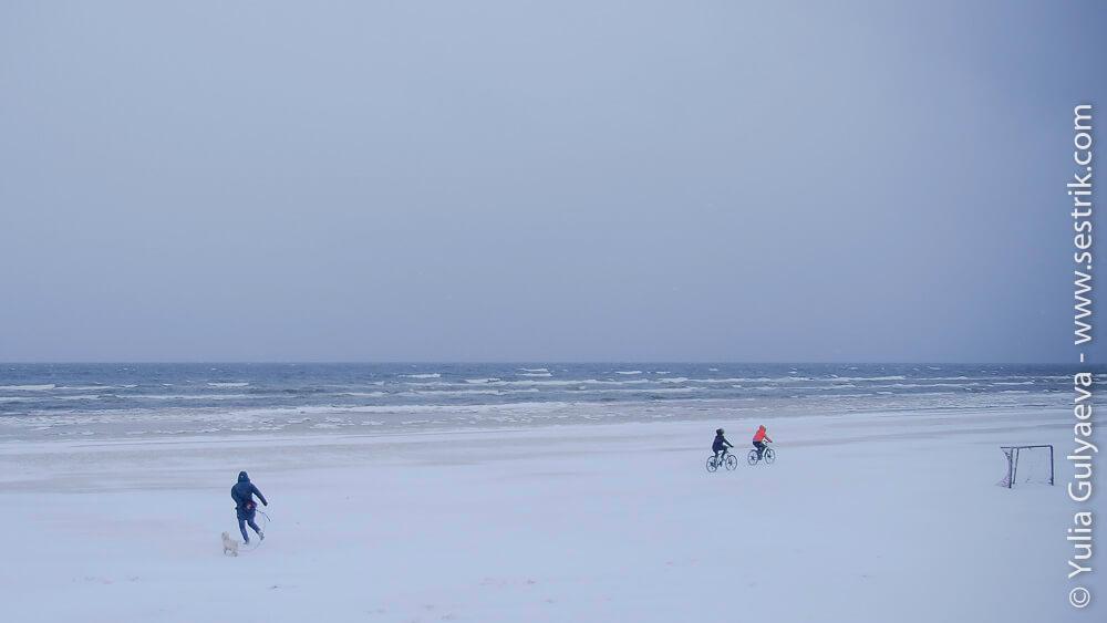на велосипедах по пляжу юрмалы зимой