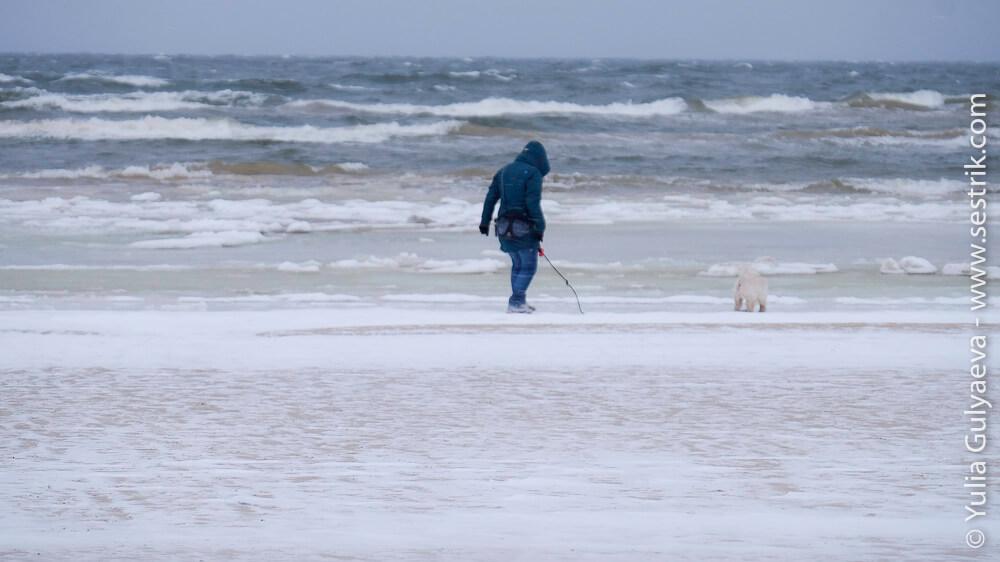 прогулки по пляжу юрмалы зимой