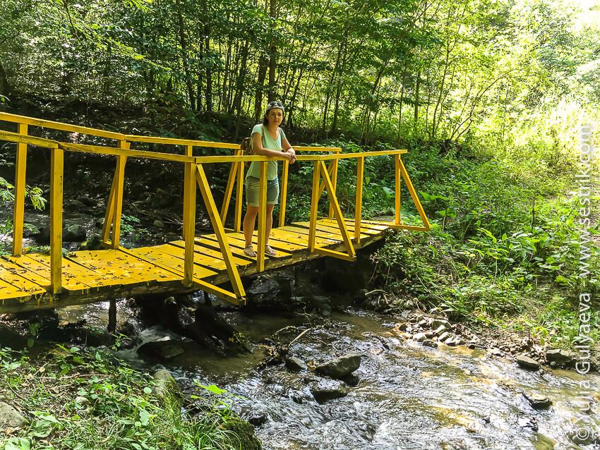 мостик через речку в парке дилижан