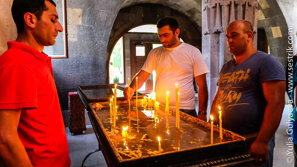 echmiadzin-armenia-армянин ставит свечку в храме