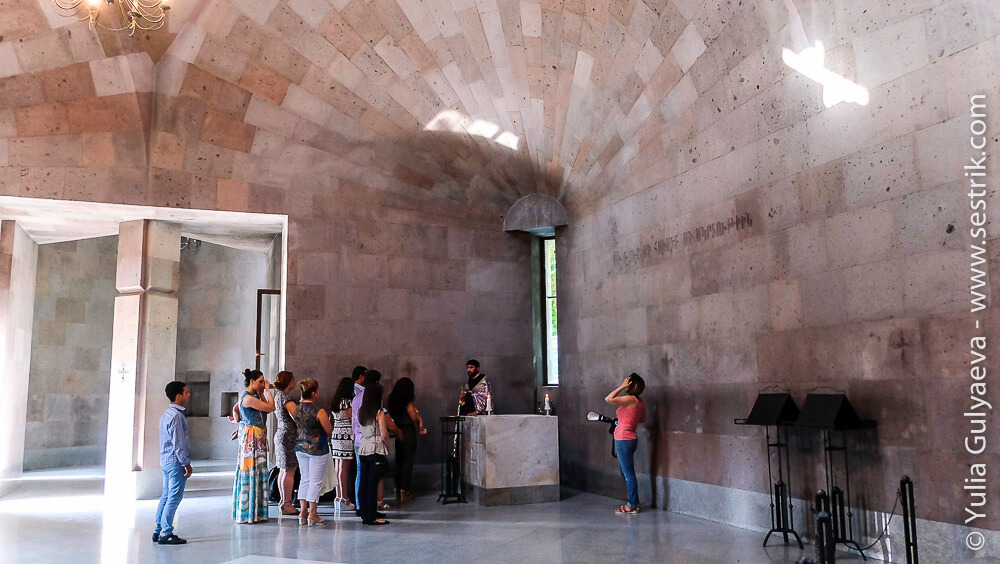 echmiadzin-armenia-обряд крещения в армянской церкви