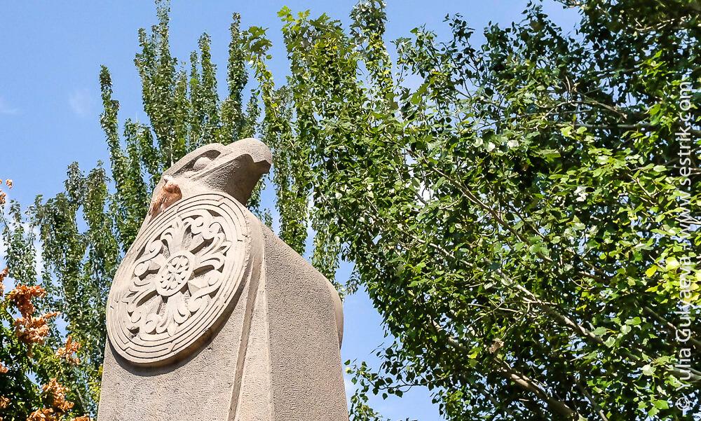echmiadzin-armenia-каменный орел