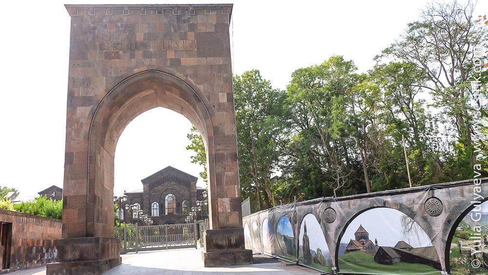 echmiadzin-armenia-территория монастырского комплекса