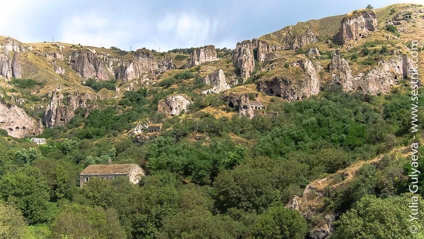 hndzoresk-armenia-церковь на фоне скал