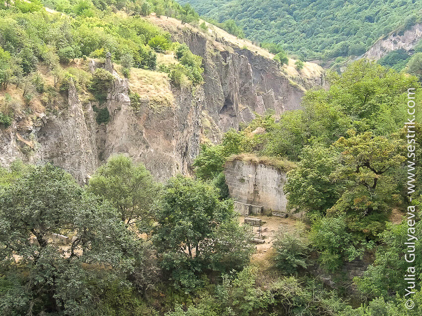 hndzoresk-armenia-кладбище на склоне ущелья