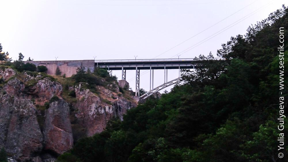 мост через ущелье реки Арпа в Джермуке