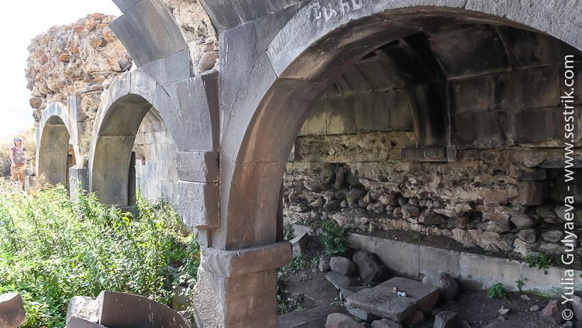 разрушенный караван-сарай в армении