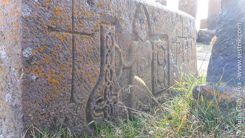 рисунки на надгробных камнях на кладбище норатуз