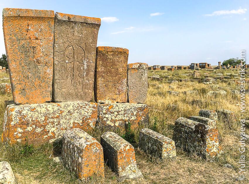 хачкары и надгробия