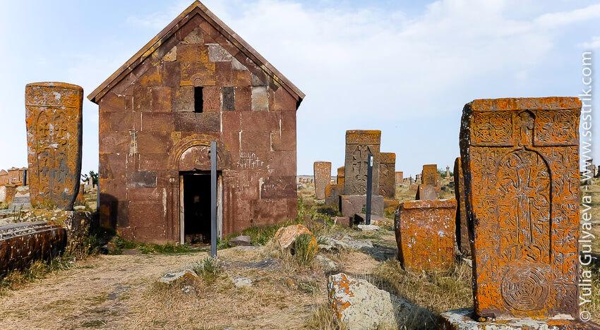 часовня на кладбище в норатуз