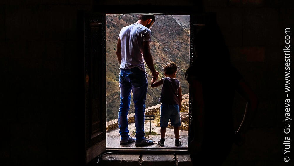 отец с сынов в монастыре нораванк в армении