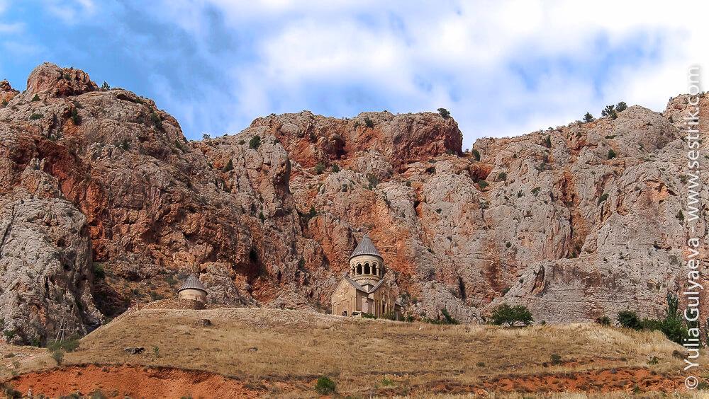 монастырь в красных скалах