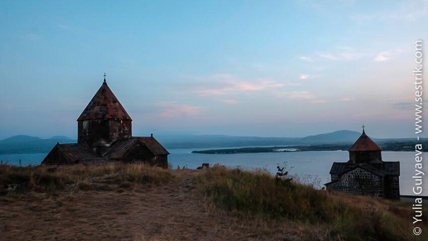 монастырь севанаванк на озере севан в армении