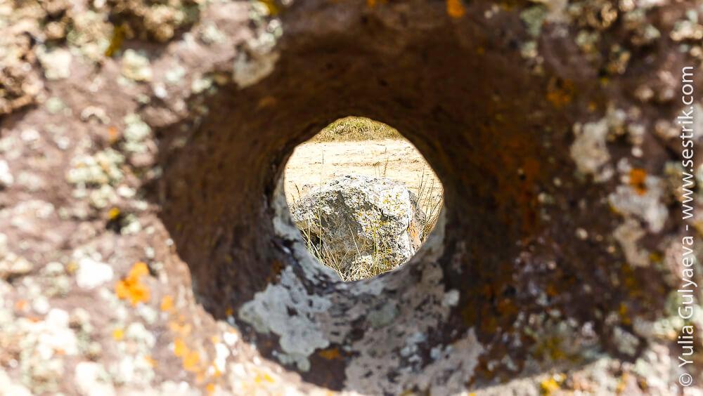 камни с отверстиями в караундж