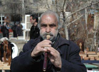 мужчина играющий на дудук