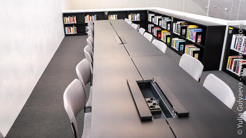 читальный зал в музее КИасма