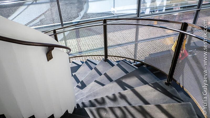 окно и винтовая лестница в музее Киасма