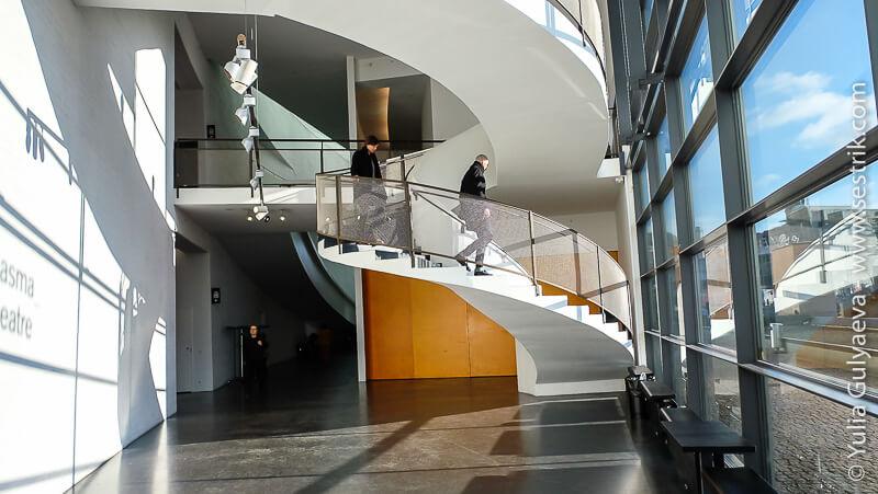 лестница в холле киасма