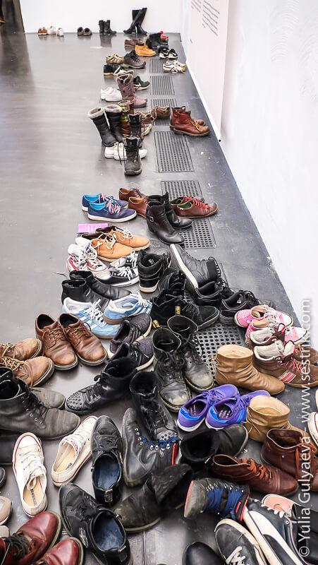 обувь посетителей музея