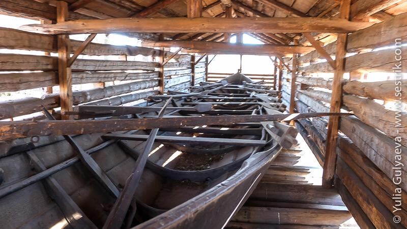 старая деревянная лодка в музее под открытым небом в хельсинки