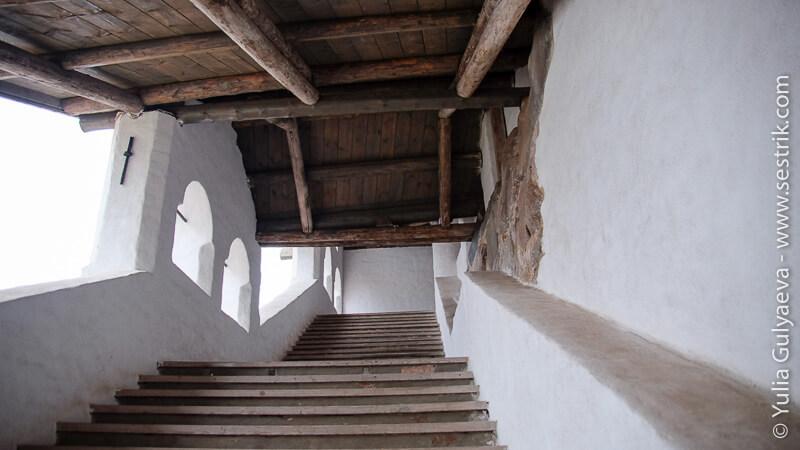 лестница на галлерею в монастыре