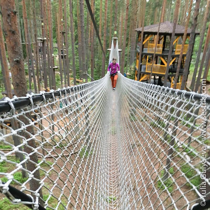 сеточный мост в парке орех