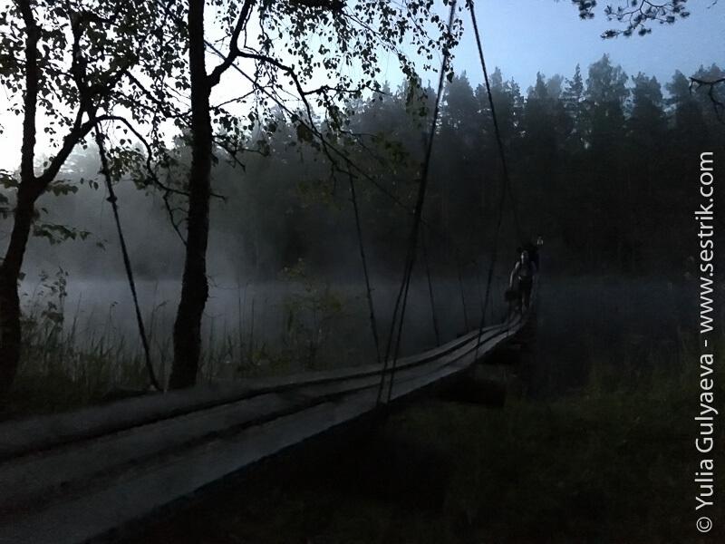 подвесной мост на озере