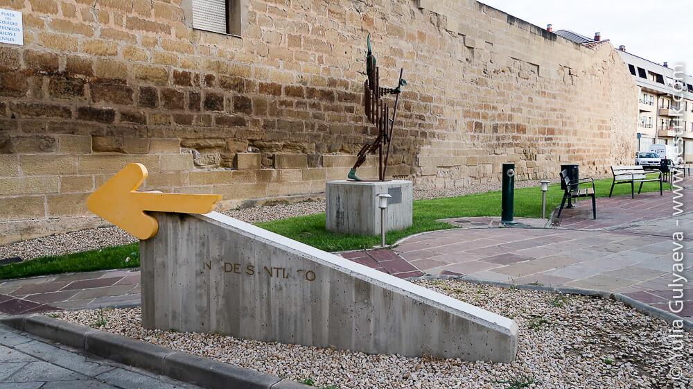 памятник пилигриму у входа в санто доминго