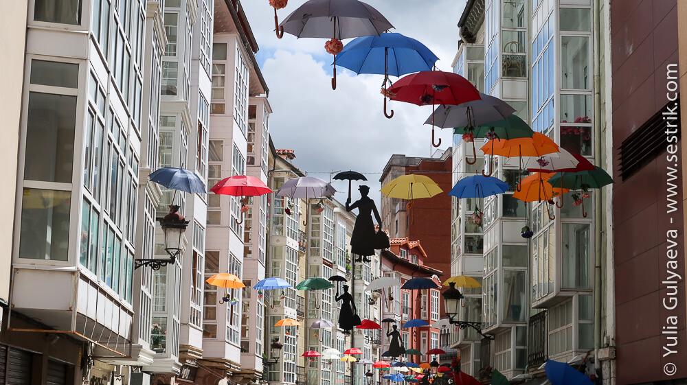 улица с зонтиками в бургосе