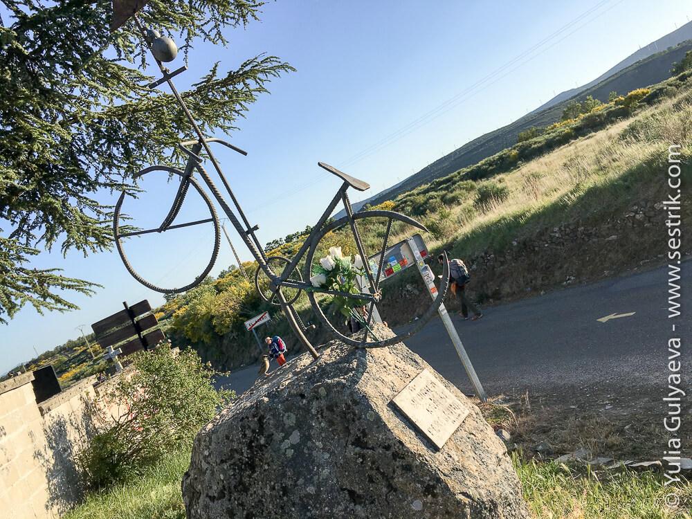 памятник погибшему пилигриму велосипедисту в Эль Асебо