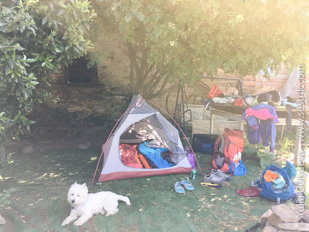 ночевка в палатке в альберге в Пьерос