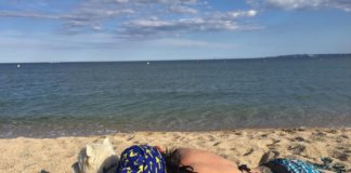 с собакой на пляже в испании