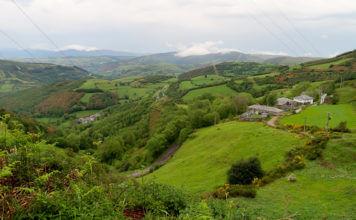 зеленые поля в деревнях Галисии