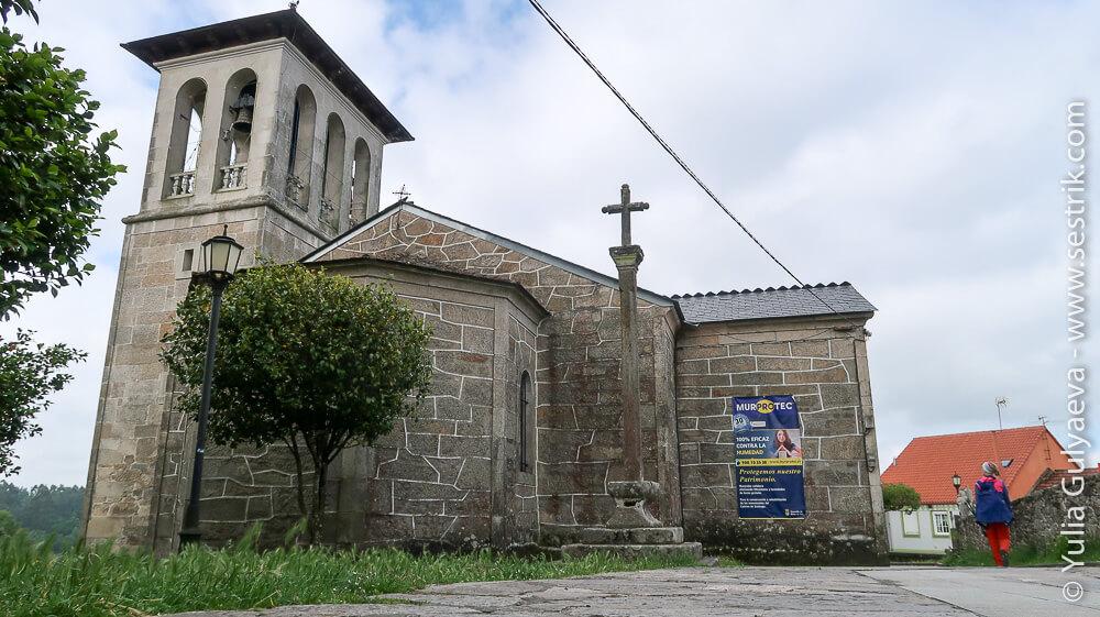 Церковь и каменный крест для отпущения грехов