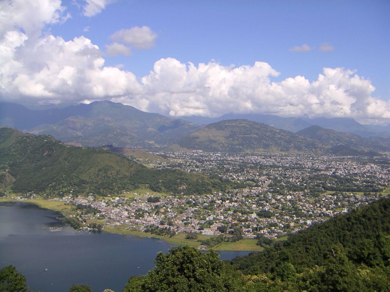 Вид на Покхару со ступы Мира