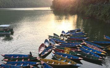 Лодки на озере Фева